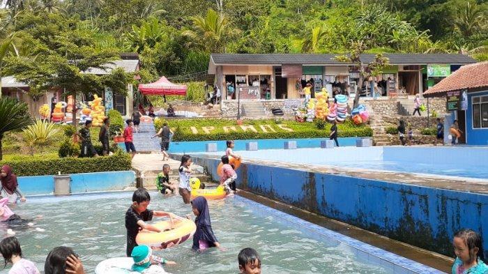 Pemandian air panas di Desa Subang, Kecamatan Subang, di Kabupaten Kuningan sebelah selatan