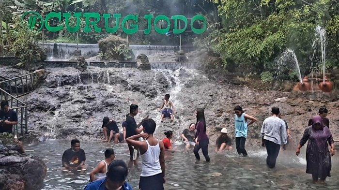 Wisatwan lokal berendam di Pemandian Air Panas Sari Ater, Kecamatan Ciater Kabupaten Subang, Minggu (16/5/2021)