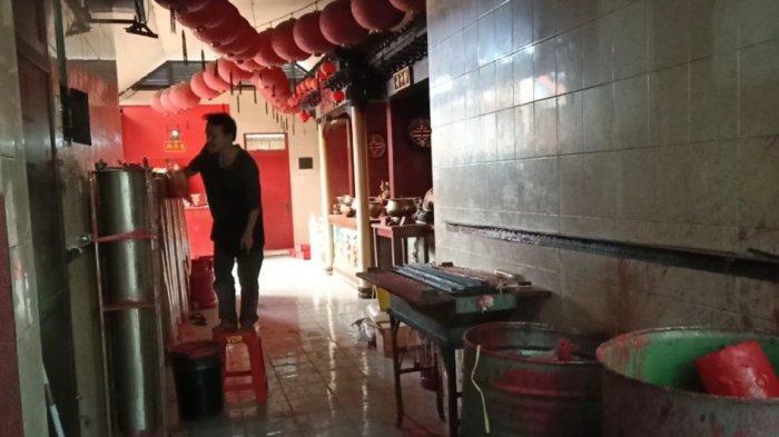 Proses pembuatan lilin merah di Vihara Dharma Ramsi di Gang Ibu Aisah No 18/9A Jamika, Kecamatan Bojongloa Kaler, Kota Bandung.