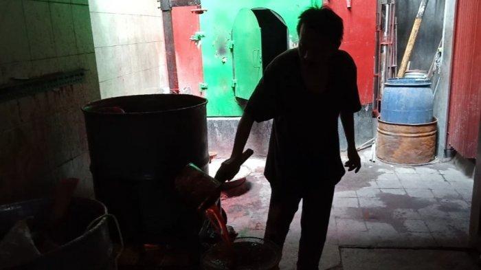 Pembuatan lilin imlek di gang Ibu Aisah No. 18/9A Jamika, Kecamatan Bojongloa Kaler, Kota Bandung.