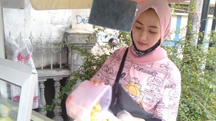 Tari Putri, penjual jambu kristal di Jalan RE Martadinata, Kota Tasikmalaya