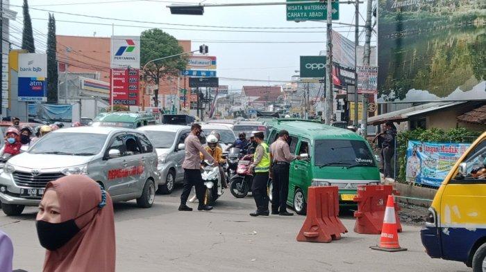 Polisi menutup pertigaan Kamasan Banjaran-Soreang untuk mencegah wisatawan datang ke kawasan wisata di Kecamatan Pangalengan, Minggu (16/5/2021)