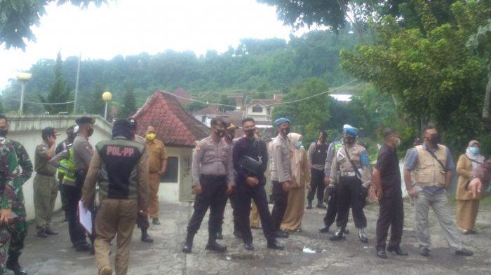 Satgas penanganan Covid-19 Kabupaten Garut tutup tempat wisata yang langgar aturan protokol kesehatan.