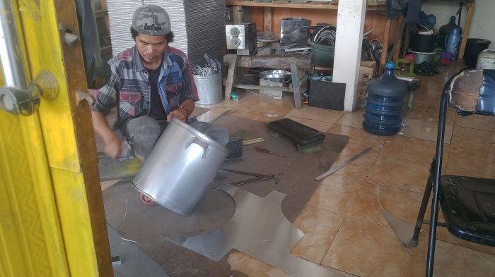 Perajin peralatan rumah tangga dan kubah masjid dari stainless di Rancaekek