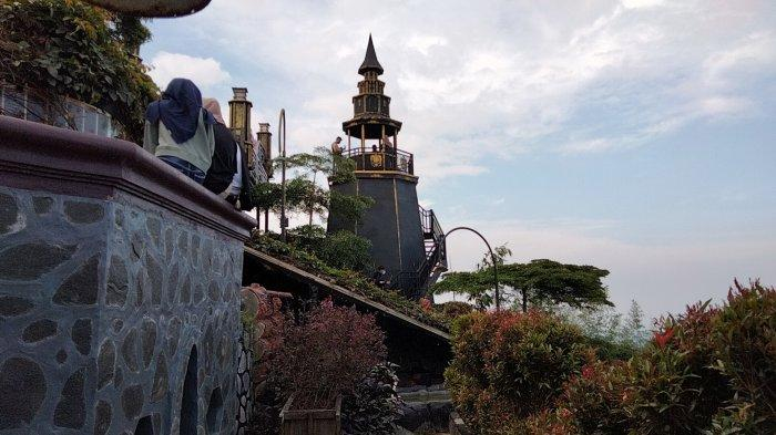 Kastil ala harry Potter di Pondok Cai Pinus, Desa Cisantana, Kecamatan Cigugur, Kabupaten Kuningan.