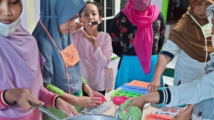 Kelompok Wanita Tani (KWT) Naga Asri, di Desa Banjarharja, Kecamatan Kalipucang, Kabupaten Pangandaran, produksi Permen daribuah Naga.