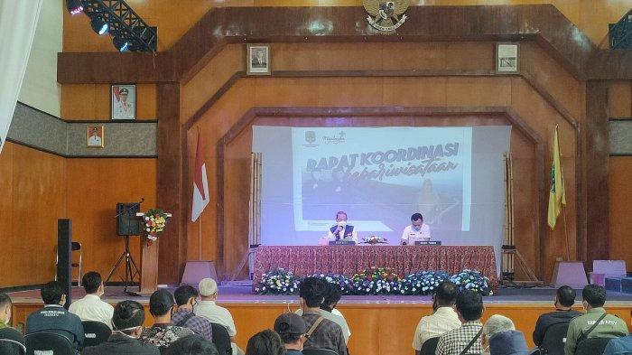 Bupati Majalengka, Karna Sobahi memberi materi terkait kepariwisataan kepada para pengelola objek wisata, Rabu (5/5/2021).