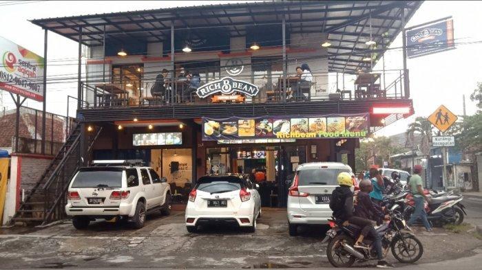 Nongkrong di Kafe Sambil Karaoke Atau Menikmati Semilir Angin di Balkon Sembari Ngopi