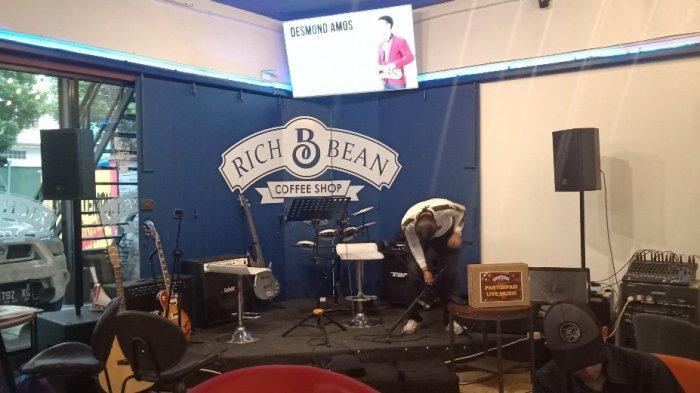 Panggung musik di Richbean Coffee Bandung