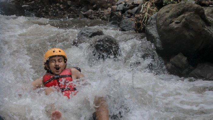 Wisata River Tubing Cikadongdong di Desa Payung, Kecamatan Rajagaluh, Kabupaten Majalengka