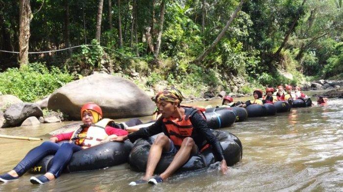 wisata river tubing di Sungai Cisanggarung,kawasan Curug Bangkong, Kecamatan Nusaherang, Kabupaten Kuningan.