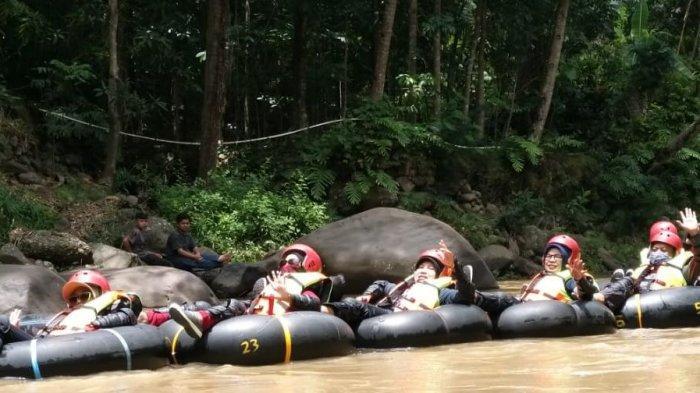 river tubing di Sungai Cisanggarung, kawasan Curug, Kecamatan Nusaherang, Kabupaten Kuningan