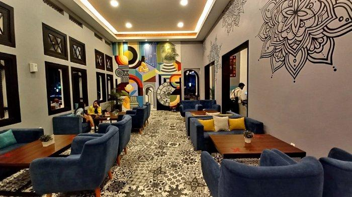 Tempat nongkrong indoor di Roemah Kentang 1908  yang berkonsep modern minimalis.