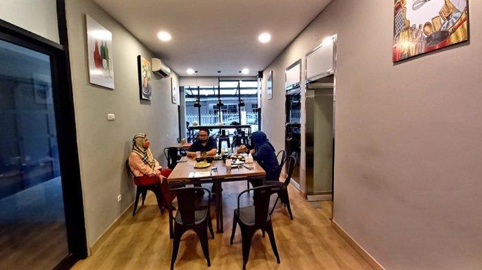 Interior Rumah None berlokasi di Jalan Taman Kopo Indah, Blok H, No 76, Kota Bandung.