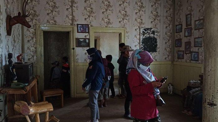 Pengunjung mendatangi Rumah Pengabdi Setan di Desa Margamukti, Pangalengan, Kabupaten Bandung