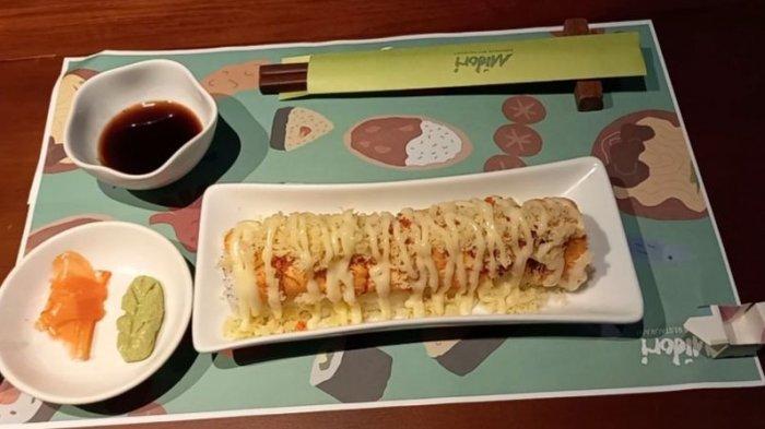 Tekstur Lembut dari Nasi dan Salmon Berpadu Sempurna dalam Salmon Crispy Roll Ala Midori