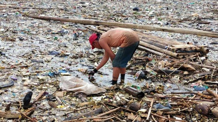 Warga saat melihat tumpukan sampah di Waduk Jatigede, Kecamatan Wado, Kabupaten Sumedang