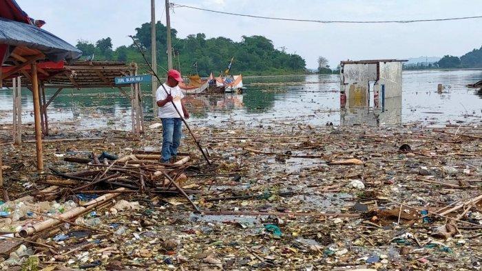 Sampah di Waduk Jatigede, Kecamatan Wado, Kabupaten Sumedang
