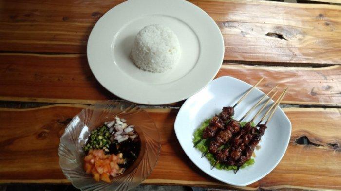 Sate bebek plus nasi dan bumbu kecap di Rumah Makan A'Yayo