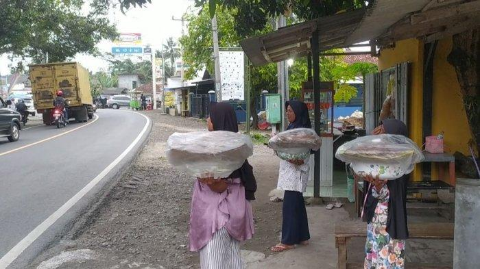 Sate toe dijajakan para ibu di kawasan Kalipucang, Pangandaran