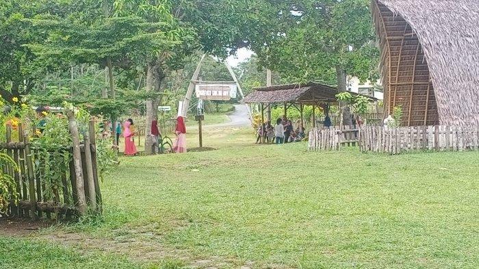Rumah Makan Saung Bumdes di kawasan Pantai Karang Tirta, Desa Sukaresik, Kecamatan Sidamulih, Kabupaten Pangandaran.