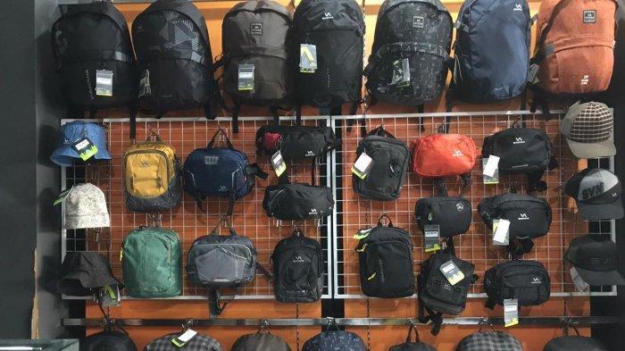 .Beragam produk bag outdoor di di gerai Savana Live The Camp, Jalan Lengkong Besar 89, Bandung