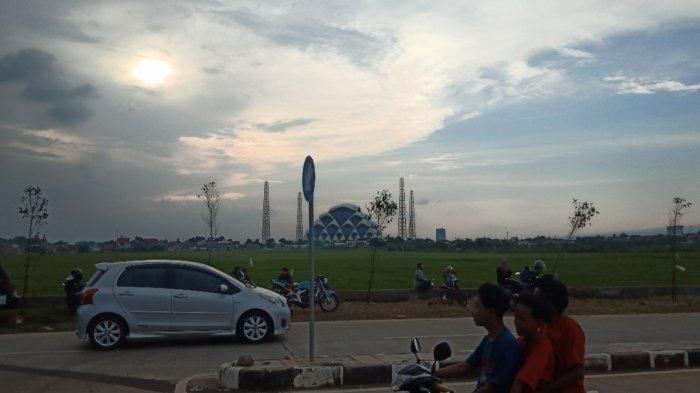 Menikmati senja di Jalan Baru Gedebage, Kota Bandung