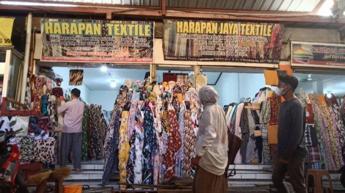 Toko kain di kawasan Sentra Tekstil Cigondewah, Bandung