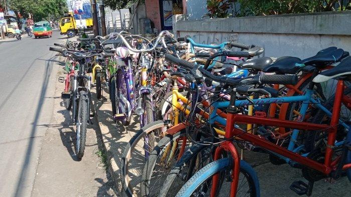 penjual sepeda bekas di jalan raya Rancaekek – Majalaya Desa Rancaekek Wetan Kecamatan Rancaekek Kabupaten Bandung.