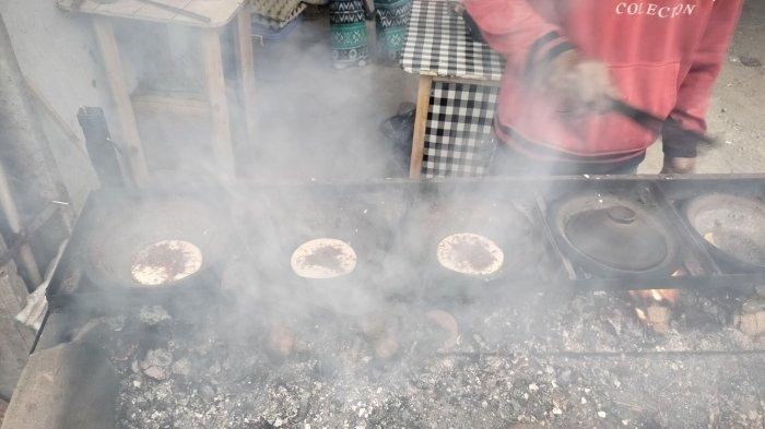Pembuatan serabi oleh Rudi di Jalan Bojongkukun, Desa Rancamulya, Kecamatan Pameungpeuk, Kabupaten Bandung.