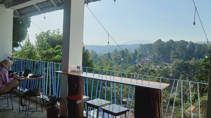 Pemandangan ke Gunung Tangkuban Parahu di Sinih Kopi Jalan Bukit Pakar Timur, Dago Atas, Kota Bandung