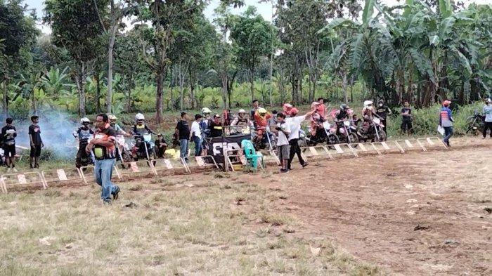 Sejumlah crosser menjajal Sirkuit Pacuan Kuda Kuningan di Jalan Baru Cijoho, Kuningan.