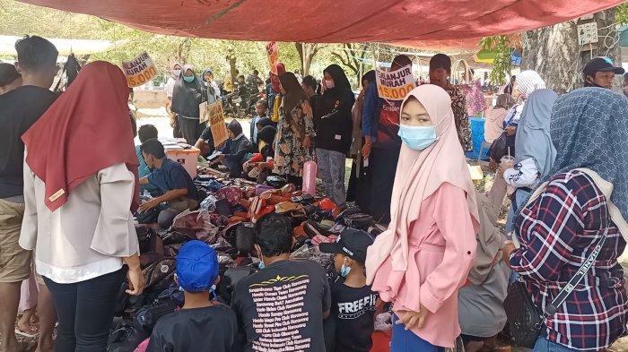 Wisatawan lokal belanja di Situs Buyut Banjar di Desa Bulak, Kecamatan Jatibarang, Kabupaten Indramayu, Jumat (14/5/2021).