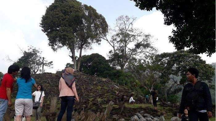 Sejumlah wisatawan mengunjungi Situs Gunung Padang di Kampung Gunung Padang, Desa Karyamukti, Kecamatan Campaka, Kabupaten Cianjur.