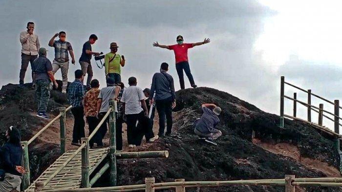 Para pengunjung menikmati senja keindahan Taman Batu Ciagung di Desa Mekarasih, Kecamatan Jatigede, Kabupaten Sumedang.