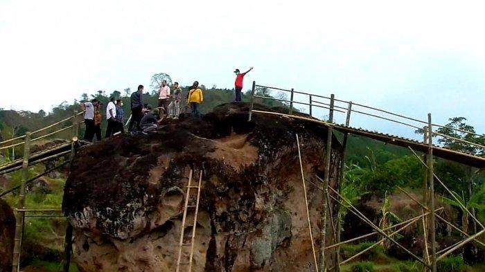 Para pengunjung menikmati keindahan Taman Batu Ciagung di Desa Mekarasih, Kecamatan Jatigede, Kabupaten Sumedang.