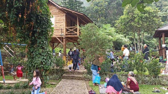 Suasana libur Idulfitri di Taman Bougenville Jalan Gunung Puntang, Kabupaten Bandung, Sabtu (15/5/2021)