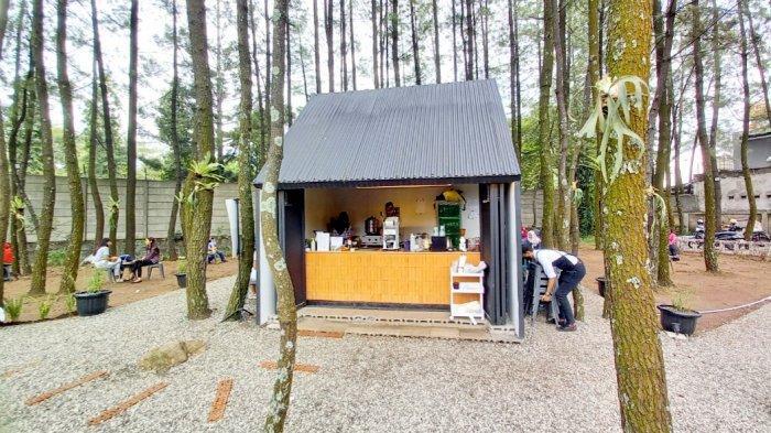 Kedai Teduh Coffee di Jalan Pinus Raya, Cinambo, Kota Bandung yang berkonsep semikontainer.
