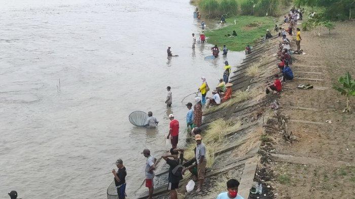 Warga berkumpul di tepi Sungai Cimanuk yang berada persis di Bendung Rentang Jatitujuh, Majalengka, Senin (19/10/2020).
