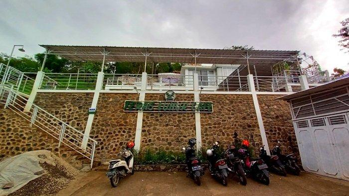 Bangunan Teras Luhur Cafe berkonsep semi outdoor di Jalan Curug Cinulang, Dampit, Kecamatan Cicalengka, Kabupaten Bandung.