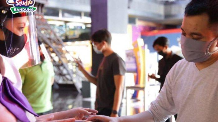 Pemeriksaan tiket masuk di Trans Studio Bandung, Jalan Gatot Subroto, Bandung