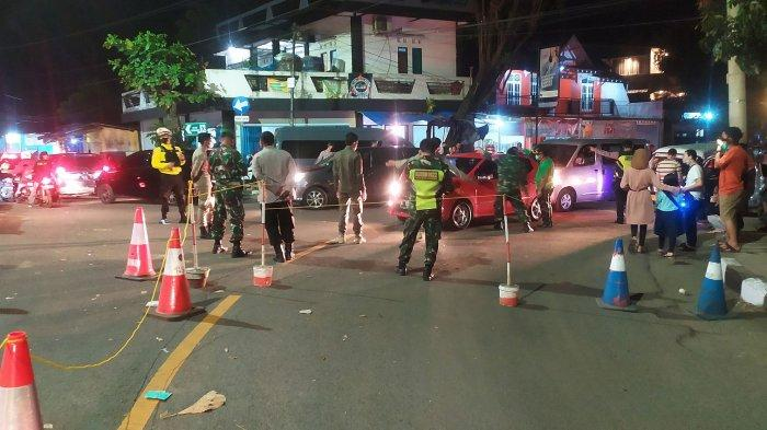 Polisi dan TNI menutup sementara jalur ke Pantai Citepus, Desa Citepus, Kecamatan Palabuhanratu, Kabupaten Sukabumi, Sabtu (15/5/2021) malam