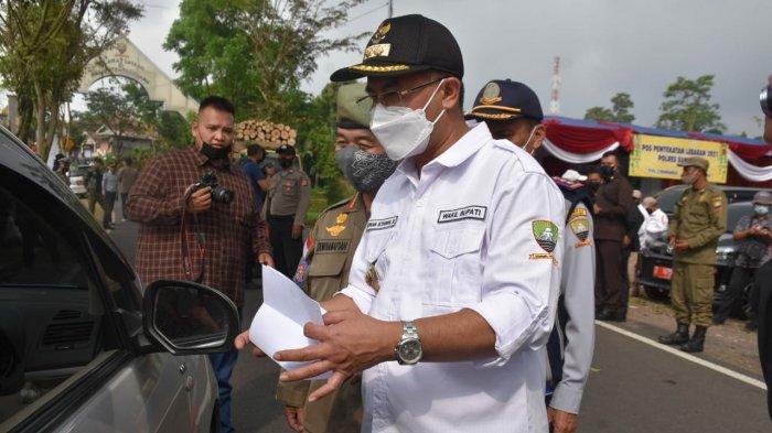 Wakil Bupati Sumedang Erwan Setiawan saat meninjau Pos Penyekatan Simpang, Kecamatan Pamulihan, Kamis (6/5/2021).