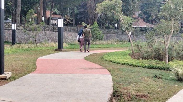 Trotoar dengan taman yang asri di tepi Waduk Darma Kabupaten Kuningan