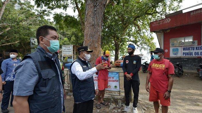 Wagub Jabar Uu Ruzhanul Ulum saat meninjau titik-titik penyekatan dan destinasi wisata di Kabupaten Pangandaran, Minggu (16/5/2021)