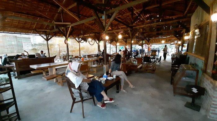 Suasana di Warung Abah Wardja 90-an di Jalan Soekarno Hatta, Desa Kecomberan, Kabupaten Cirebon