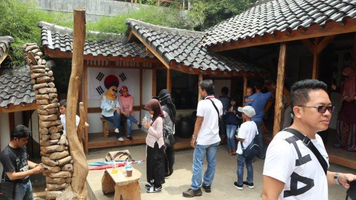 Suasana keramaian pengunjung yang datang ke wilayah spot Korea di The Great Asia Africa, Lembang