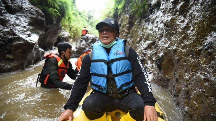 Bupati Bandung mencoba arung jeram di wisata edukasi Sungai Dewi Hurip Cigeureuh Astaraja, Desa Margahurip, Kecamatan Banjaran, Kabupaten Bandung