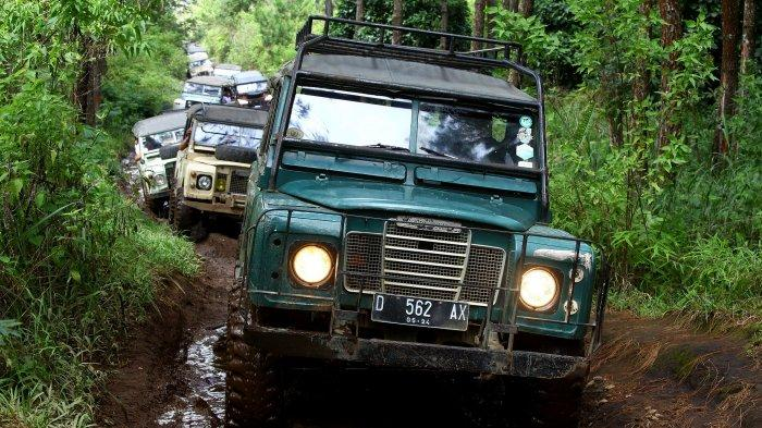 Sejumlah mobil Land Rover yang tergabung dalam Land Rover Club Bandung (LRCB) melakukan penjelajahan hutan membawa wisatawan berwisata offroad di trek Sukawana - Cikole,  Kabupaten Bandung Barat, Rabu (2/12