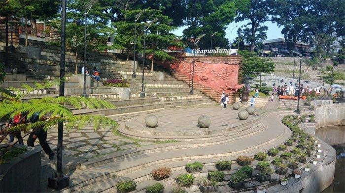 Plaza di Teras Cikapundung, Jalan Siliwangi, Kota Bandung